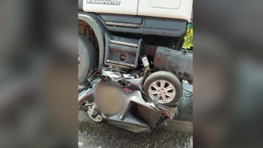 Vídeo: carro é esmagado por duas carretas no Pará