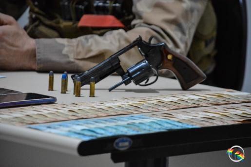 Polícia Militar prende autores de extorsão e posse de arma de fogo