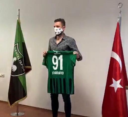 Lateral Fabiano vai para time turco