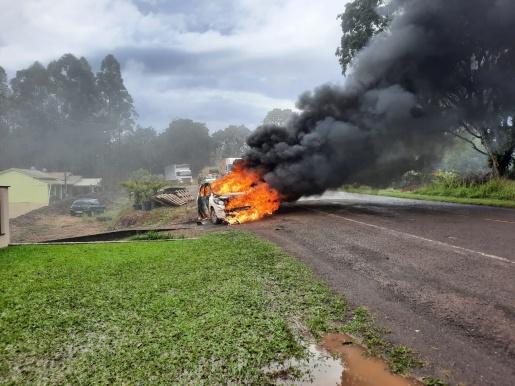 Incêndio atinge dois veículos na SC 163 em Itapiranga
