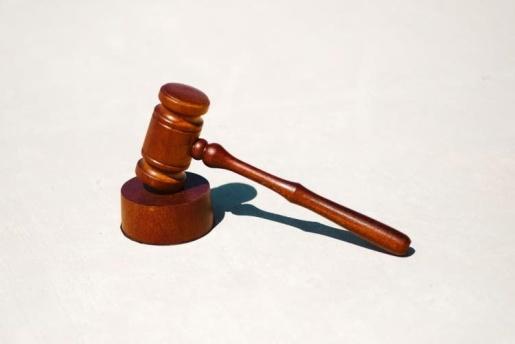 Mulher que ameaçou ex de morte, deu pedrada em sogro e chamou enteados de 'macaco' é condenada