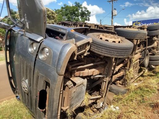 FOTOS: Caminhão sai da pista e tomba na BR 163