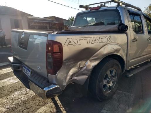 Colisão entre carro e caminhonete deixa passageira ferida no centro